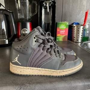 Säljer dessa Nike Jordan High (vet inte vad modellen heter lol sry) i strl. 37.5❣️ De är knappt använda men har nåt litet märke (se sista bilden). Vad jag förstått är de inte så vanliga men inte heller jättedyra, därför har jag svårt att sätta ett pris så buda gärna i kommentarerna!💖 OBS! Något små i storleken!