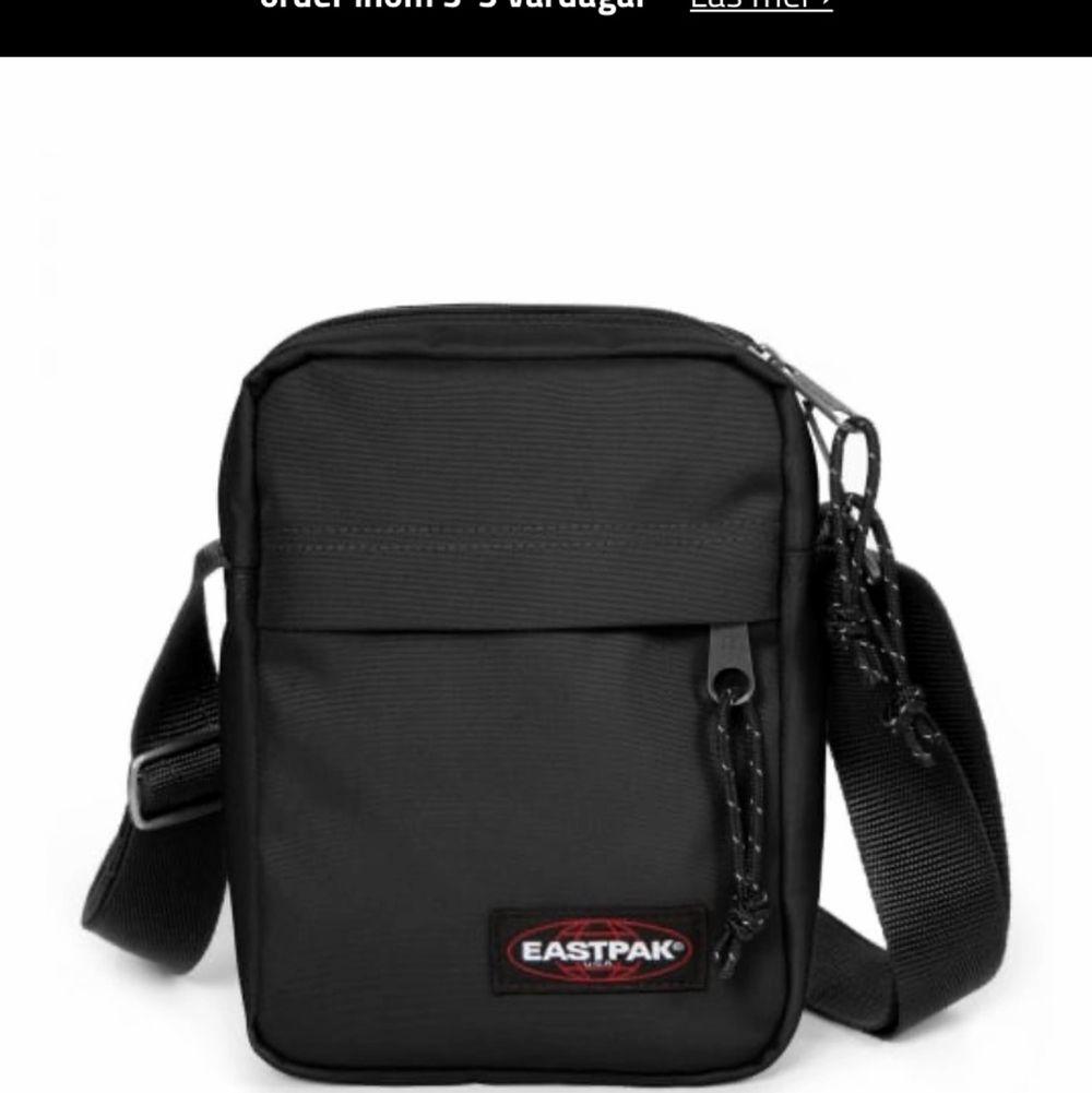 En svart krossbody Eastpak väska. Använd fåtal gånger men i fint skick! . Väskor.