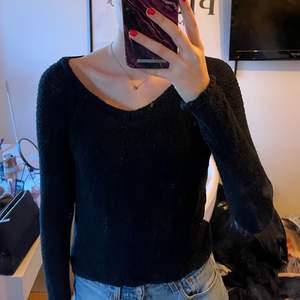 Mörkblå nästan svart stickad tröja från hollister. Snörning där bak. Fin passform o väldigt skön. Storlek XS/S