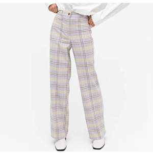 Söker dessa monki byxor,storkel 32-34, i färgen lila ( som på bilden) hör mer än gärna av er om ni har ett par som ni vill sälja💕