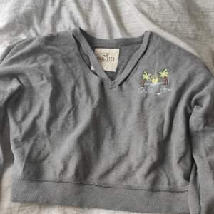 Denna tröja är några år gammal, använd ett fåtal gånger, fortfarande i bra skick. Strl XS. Cut-out detalj vid kragen/nyckelbenen.