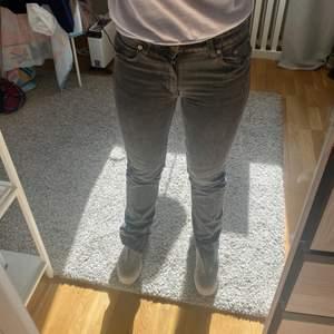 Gråa slutsålda Zara jeans med slits, perfekt skick. Storlek 36