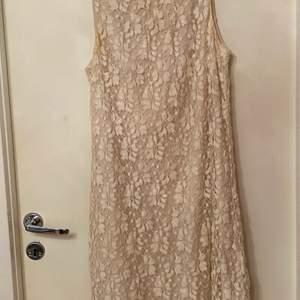 En fin klänning köpt 2016 från bikbok för 300. Den är i storlek M och aldrig använd. Den är till ovanför knäna. Skriv för bättre bilder och pris kan diskuteras