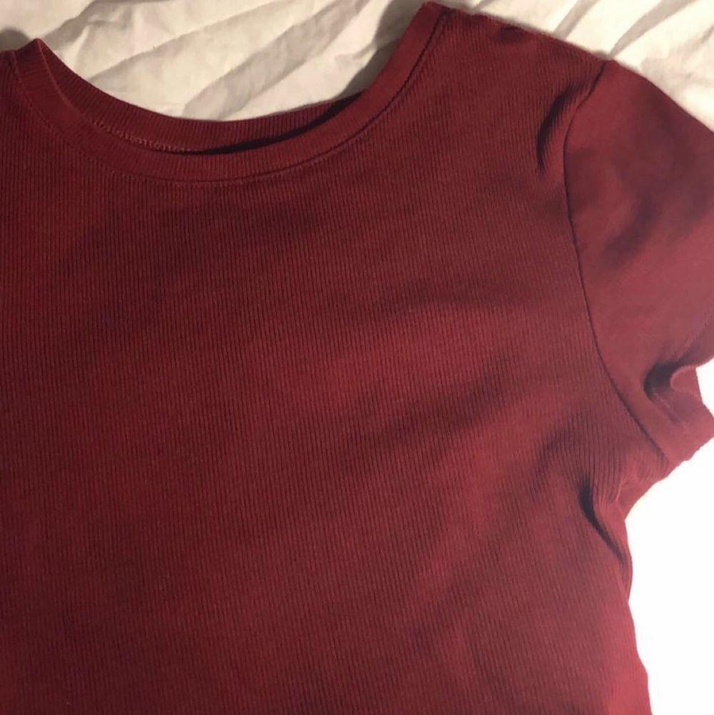 Tight tröja som sitter jätte bra. Super fin, har använts men kommer självklart tvättas innan upphämtning, eller strax innan paketet skickas.. Toppar.