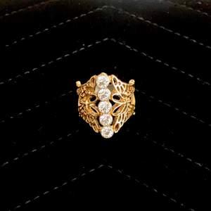 En ring med 2 fjärilar på sidan samt 4 kristaller i mitten. Den passar dem flesta av mina fingrar och är väldigt hållbar! ✌🏼