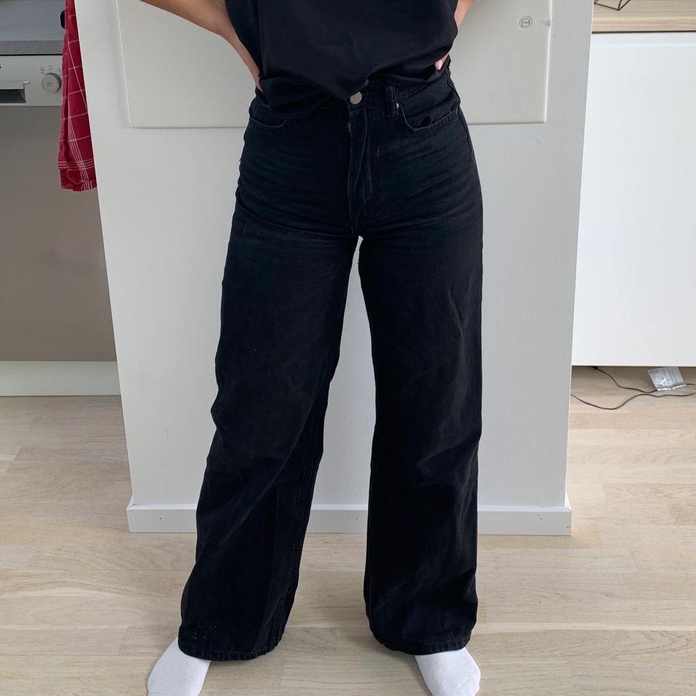 Säljer dessa wide leg jeans ifrån hm! Bra skick och otroligt sköna! Storleken är 34❤️💛 frakt tilläggs 66kr! Riktigt trendiga!🐣👏🏼 hör av er vid frågor ! Jag är 160cm💛💕. Jeans & Byxor.