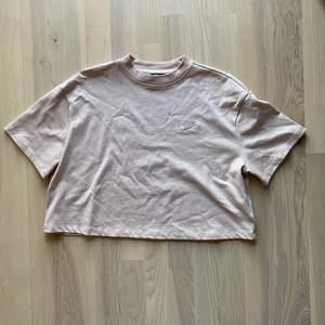 Crop tshirt från Nike i size L, jag är själv xs/s men gillar att den är extra oversize men croppad.