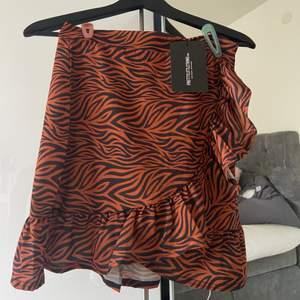 Säljer denna zebra kjol från pretty little thing, den har även prislapp kvar pga att jag inte andvänt den✨✨säljer för 100kr, frakt tillkommer på 66kr(spårbar)