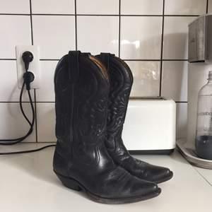 Funderar på att sälja dem här super snygga svarar vintage cowboy boots!! Så jävla snygga men det är lite för små för mig där fram på dem. Jag brukar ha 38-39 och jag hittar inte vilken storlek dem är men skulle nog passa på någon som har 37-38, använda men i bra skick. Under är dem lite slitna men inget som stör mig alls!