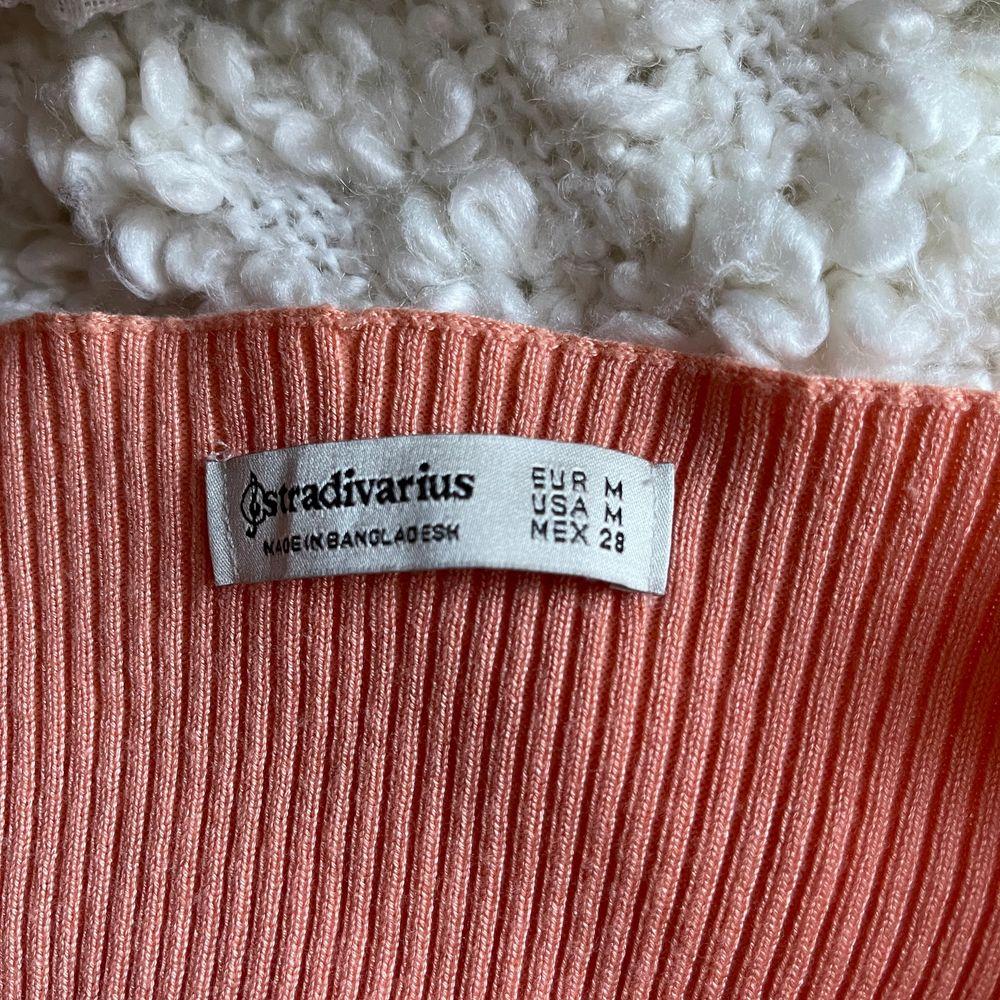 Säljer den här persikofärgade toppen som går att använda som tröja eller som kofta över tex ett linne! Så fin färg till sommaren nu o jätteskön! Aldrig använd!!!💖💖 Storlek M men sitter som en S. Toppar.
