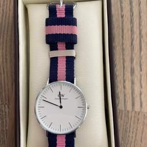 Säljer min Daniel Wllington klocka! Använd ett fåtal gånger så i superbra skick. Man får låda och äkthetsbevis med!