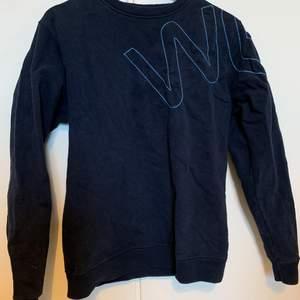 Mörk blå sweatshirt med ett coolt mönster. Köpt secondhand och aldrig använd.