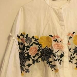 Snygg kort skjorta med broderier och puffärmar från Zara.