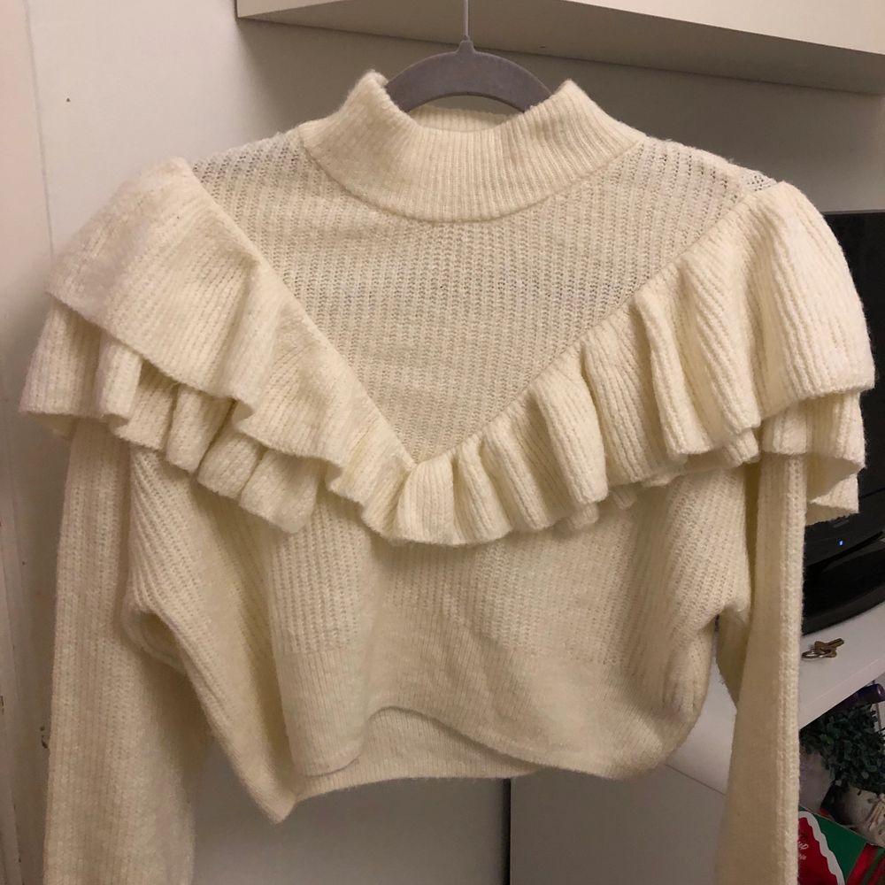 En vit stickad tröja använt den några ggr. Den är varm. Stolek är S. Blusar.