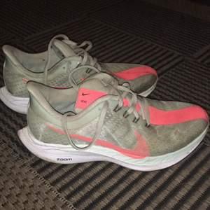Fina löparskor från Nike, modell Pegasus turbo. Storlek 37.5 Nypris låg de på 2000kr