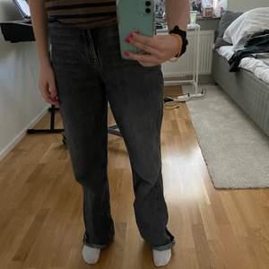 Så fina gråa zara jeans som inte kommer till användning! Dom är highwaisted och klippta och passar mig som är 162(storlek 34)! Skriv för mer bilder😍 220kr+frakt, kan också mötas upp💕