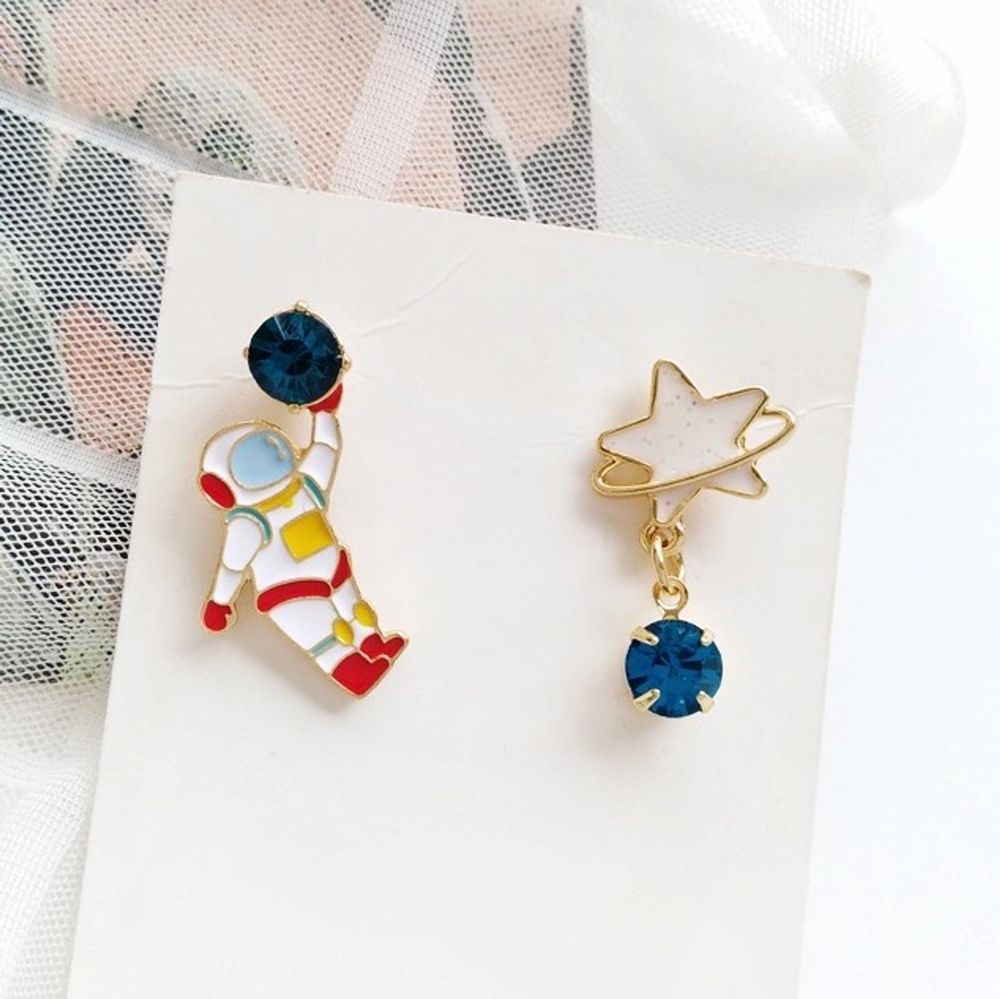 astronaut och stjärna örhängen i nyskick, oanvända, 60kr inklusive frakt 🧑🏼🚀🪐🚀följ min Instagram @kakaka.se för att få 2kr rabatt 💌. Accessoarer.
