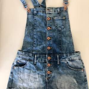 Supersöta! Säljer då de blivit för små, passar till en gullig tshirt eller tröja. Pris kan diskuteras!