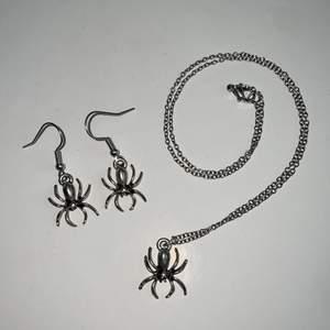 Örhängen och halsband med spindlar. Inte äkta silver. Allt för 88kr + 12kr frakt, vill man köpa separat kostar örhängena 45 och halsbandet 55kr. Frakt tillkommer på 12kr. 💕