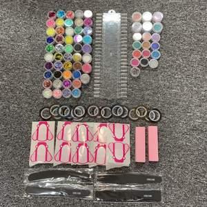 Jag säljer 48 st gliterburkar, 18st burkar med pärlkulor i, 1 burk med paljetter/stenar, 17 st tejprullar, 4 st nagelfilar, 2 buffrar, 30 st nagelmallar och en akryl tavla där man kan måla på med sina gellack eller träna på olika designs till exempel ( det finns 48 naglar på akryltavlan).Det som är använt är några glitterburkar, några pärlkulor och några tejprullar. Jag kommer tyvärr inte sälja det uppdelat  🌟🌟💅🏼💅🏼✨✨