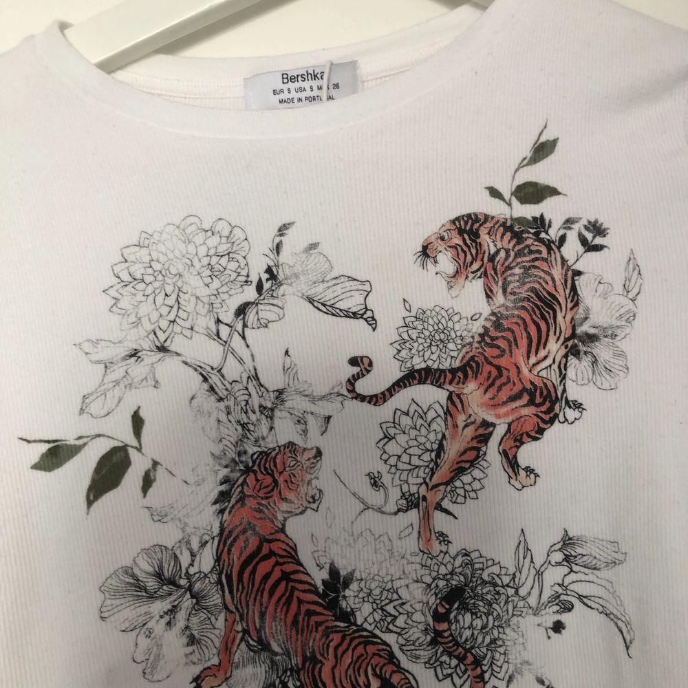 Säljer denna t-shirt från bershka. Har använt 4-5 gånger. Väldigt stretchigt material. Tröjan är i storlek S. . Toppar.