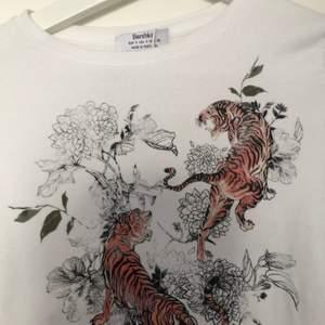 Säljer denna t-shirt från bershka. Har använt 4-5 gånger. Väldigt stretchigt material. Tröjan är i storlek S.