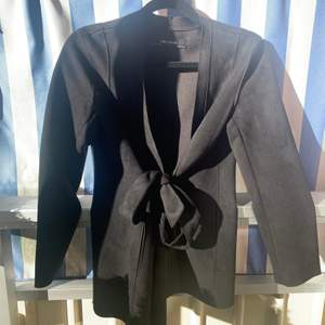 Jättefin kavaj/blazer i mocka-material från Zara, med snören som man kan knyta fram och bak. Köparen står för frakten 🥰
