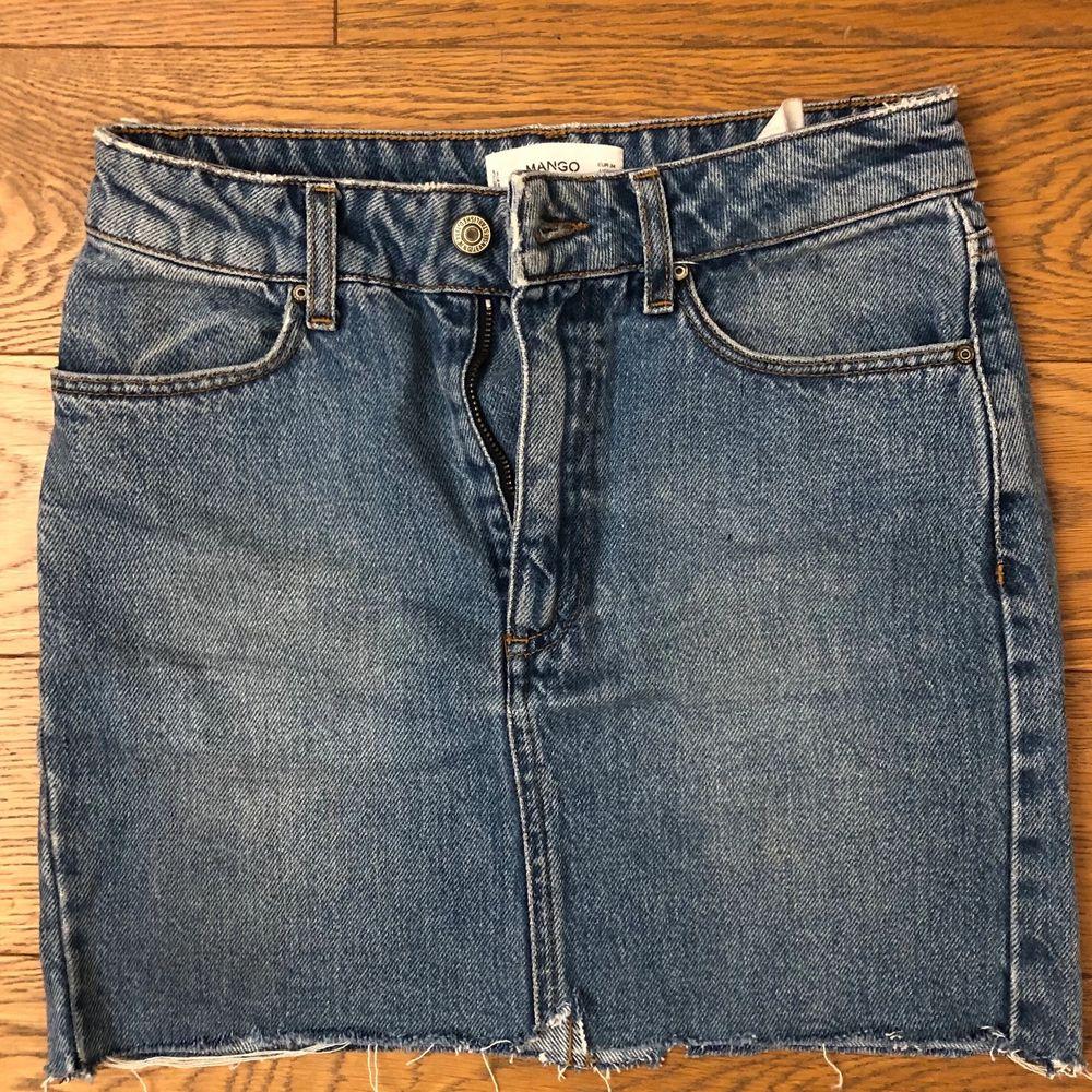 Super fin och skön jeanskjol från Mango. Mjuk i materialet och fin passform. Strl 34 men skulle säga att den fungerar även som 36. Kjolar.