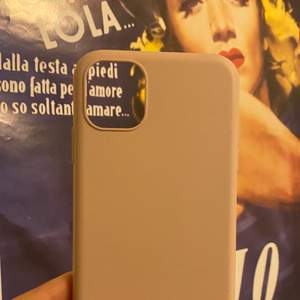 Säljer iPhone 11 skal det första skalet är från holdit oxh säljer för 60+ frakt! Det bruna 130kr+frakt oxh det sista 60kr+frakt! 💕alla passar till iPhone 11 eller också iPhone xr!