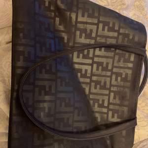 Svart fendi handväska med två stora fack och ett litet. 200kr + frakt