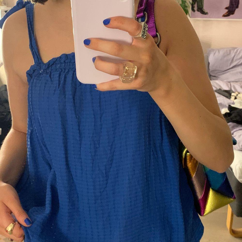Supersnyggt blått sommarlinne, sällan använt💕. Toppar.