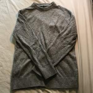 Superbasic bara grå stickad tröja, så bekväm o mysig! Storlek M men passar typ alla beroende på hur man vill att den ska sitta. Fint skick Möts Stockholm/fraktar🥰