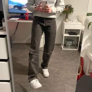 Helt vanliga svarta jeans, passar till den som är 155-165cm lång beroende på hur långa du vill att dem ska vara. Midjan är ganska tajt så skulle säga w24-25. Hål i knäna. Inga defekter. Bud från 100kr frakt ingår ej.