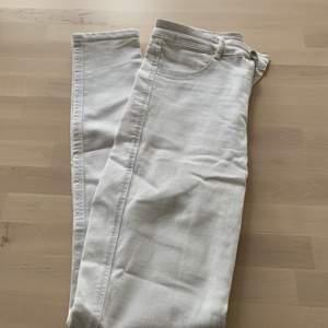 Super fina vita tighta jeans från zara! I ett bra skick!! Buda gärna