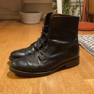 Sköna, svarta skinnkängor från märket Alberstville. Stl 40.