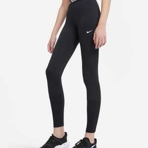 Träningsbyxor av Nike storlek xs, få använda