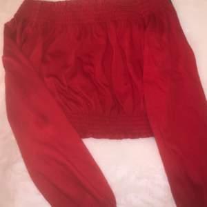 Röd off shoulder tröja i från H&M i storlek XS. Möts upp eller fraktar, köparen står för frakten.