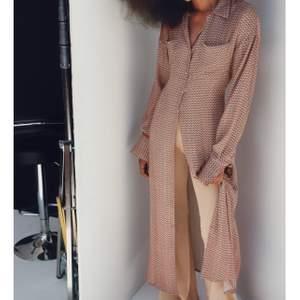 Skjortklänning i flowy material som är jätteskön till sommaren, helt nyköpt med prislapp kvar, säljer pga passar inte och har gått 30 dagar sedan köp så kan inte lämna tillbaka. Nypris 550kr