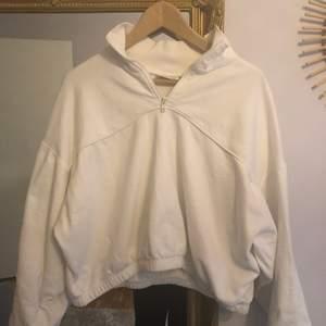 En vit zip Hoodie från Weekday, nästan aldrig använd. Sitter super bra på och skön.  Frakt tillkommer.