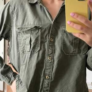 Militärgrön skjorta, lite kortare variant. Från Abercrombie & Fitch, storlek L. Jag brukar ha S/M. Nypris 700kr, säljer för 150kr