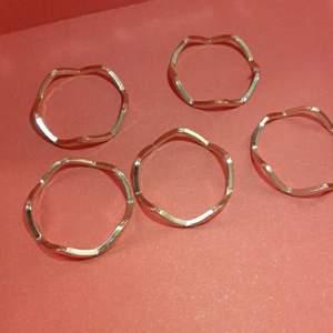 5 ringar som e köpta i ett set för 1 år sedan kommer inte ihår vart ifrån men har inte använt de sen köpta knappt så därför tänket jag sälja de jag står för frakt :)