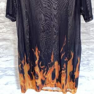Svart genomskinlig klänning med eld. Köpt från SHEIN. Endast använd 1 gång. +Frakt