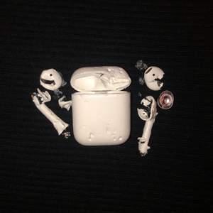Airpods tillverkade av Apple. Specialdesignade av Louie (Jack Russell)😍 Väldigt bra skick! Pris: Högsta bud.