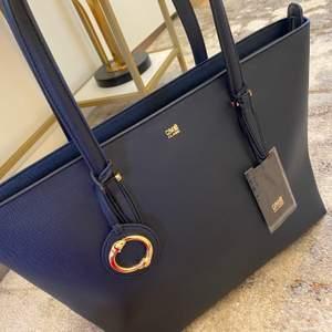Helt oanvänd Roberto Cavalli väska med alla lappar kvar! Köptes i London för 150 pund, pris kan diskuteras