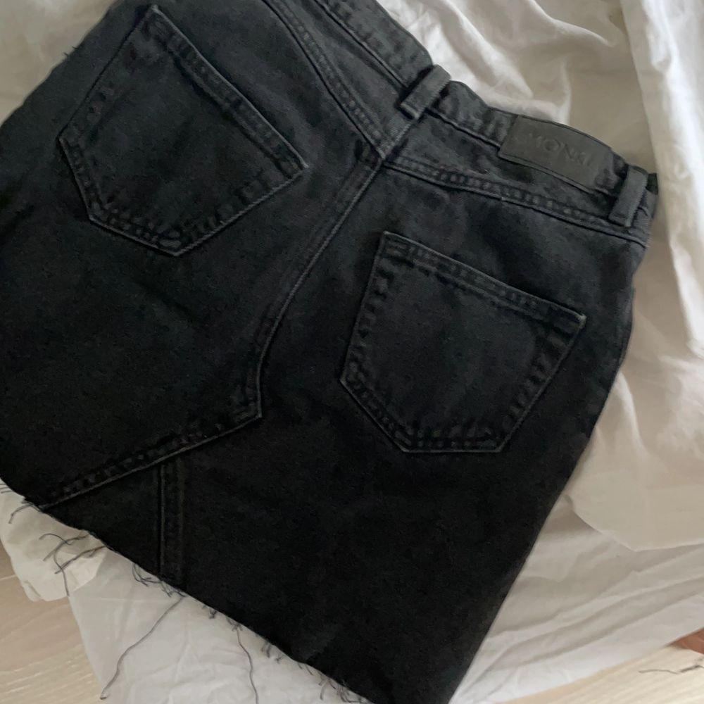 snygg o clean kjol som passar till allt!! Köptes för 250kr säljs för 80kr💕 storlek 34. Kjolar.