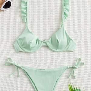 Helt oanvänd bikini från SHEIN. Bra kvalitet och väldigt fin färg. Säljer för jag råka beställa två st likadana😜. Köparen står för frakt✨💕