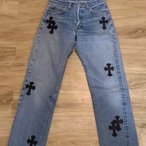 funderar på att sälja dessa ascoola jeans, säljer om jag får tillräckligt bra bud. Byxorna liknar chrome hearts byxor. Buda i komentarerna.