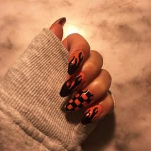 Jag bor i Östersund och gör naglar. Det kostar mellan 70-120kr. Om ni går in på min Instagram: @gele_naglar.ella så ser ni priserna och allt sånt.