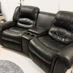 Denna sköna bio soffa är till salu. Väldigt skön två sitsig med en bord emellan sig, under bordet finns också en låda där man kan lägga tex snacks. Två kopphållare finns också samt utfällbara ben stöd.