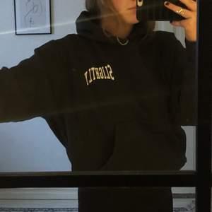 """Mörkgrå hoodie från WEEKDAY med tryckt text """"Slightly"""". Har en ficka på magen💜 Bra skick! Frakt tillkommer på 63kr. Lägg gärna ett bud💜 Högsta budet är nu 165kr + frakt!"""